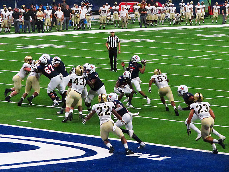 Quarterback Frank Harris (7) led the UTSA offense.