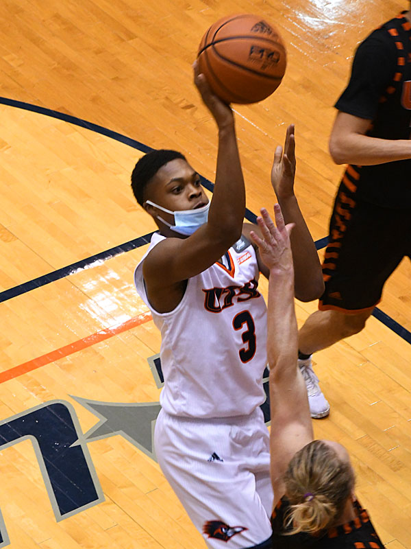 UTSA freshman Jordan Ivy-Curry playing in his first game in a Roadrunners uniform on Nov. 27, 2020 at the Convocation Center. - photo by Joe Alexander